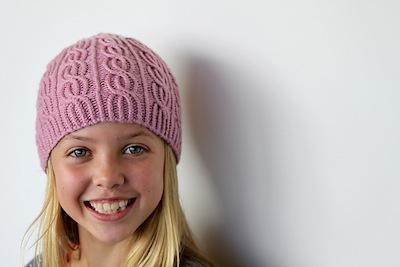 Vu sur Ravelry    Des bonnets pour les vacances… version fille - Bleu de  Toiles - Le Blog e95d8294be7
